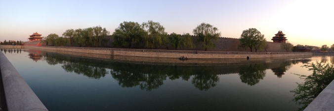 A panoramic shot of the moat that runs along the palace.